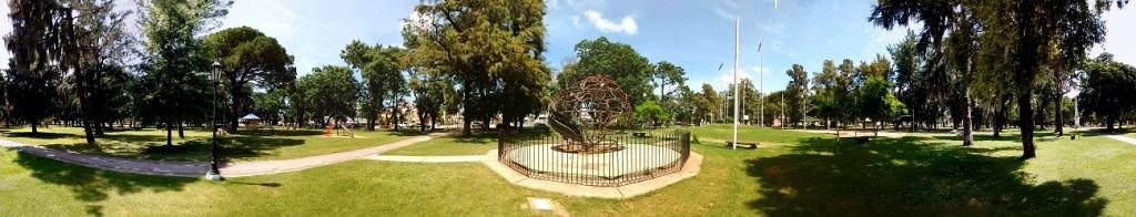 Plaza principal - Aquí observamos una obra de Mauro Musante relativa a los inmigrantes, también el patio de las banderas, la pirámide y la zona de juegos