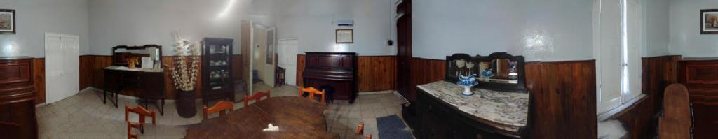 Panorámica del comedor principal, se ven los dos pianos y más antigüedades