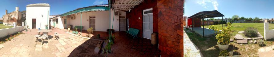 Aquí se puede observar la galería con el acceso a las habitaciones, el patio, el parque y el quincho